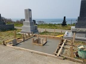 海が見える墓地で基礎工事をおこなう